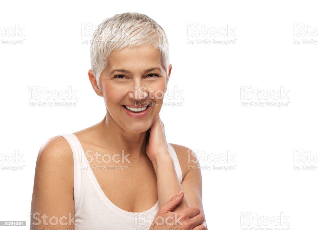 Porträt einer schönen älteren Frau, Lächeln, isolierten auf weißen Hintergrund – Foto