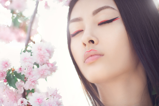자연적인 봄 꽃 배경 야외에서 아름 다운 판타지 아시아 여자의 초상화 갈색 머리에 대한 스톡 사진 및 기타 이미지