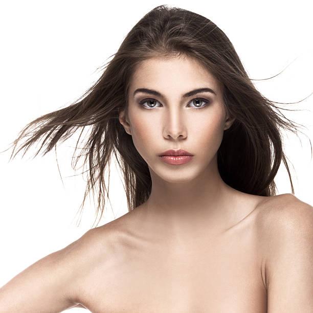 porträt einer schönen weiblichen modell auf weißem hintergrund - frisuren für schulterlanges haar stock-fotos und bilder