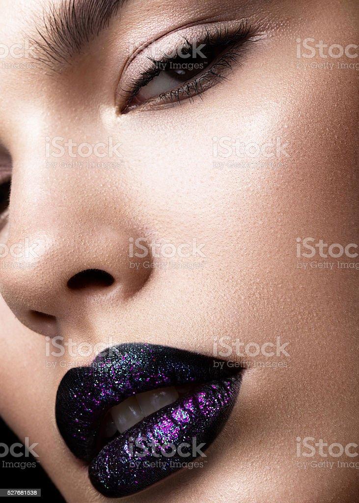 Retrato de uma linda garota. Brilhante lábios brilhantes em detalhe. Roxo - foto de acervo