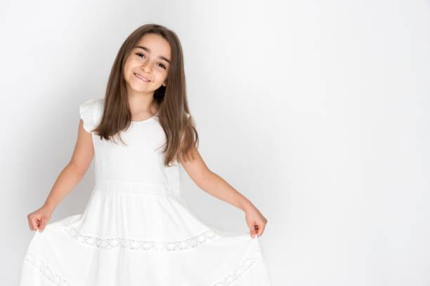 beyaz elbiseli güzel bir kızın portresi - beyaz elbise stok fotoğraflar ve resimler