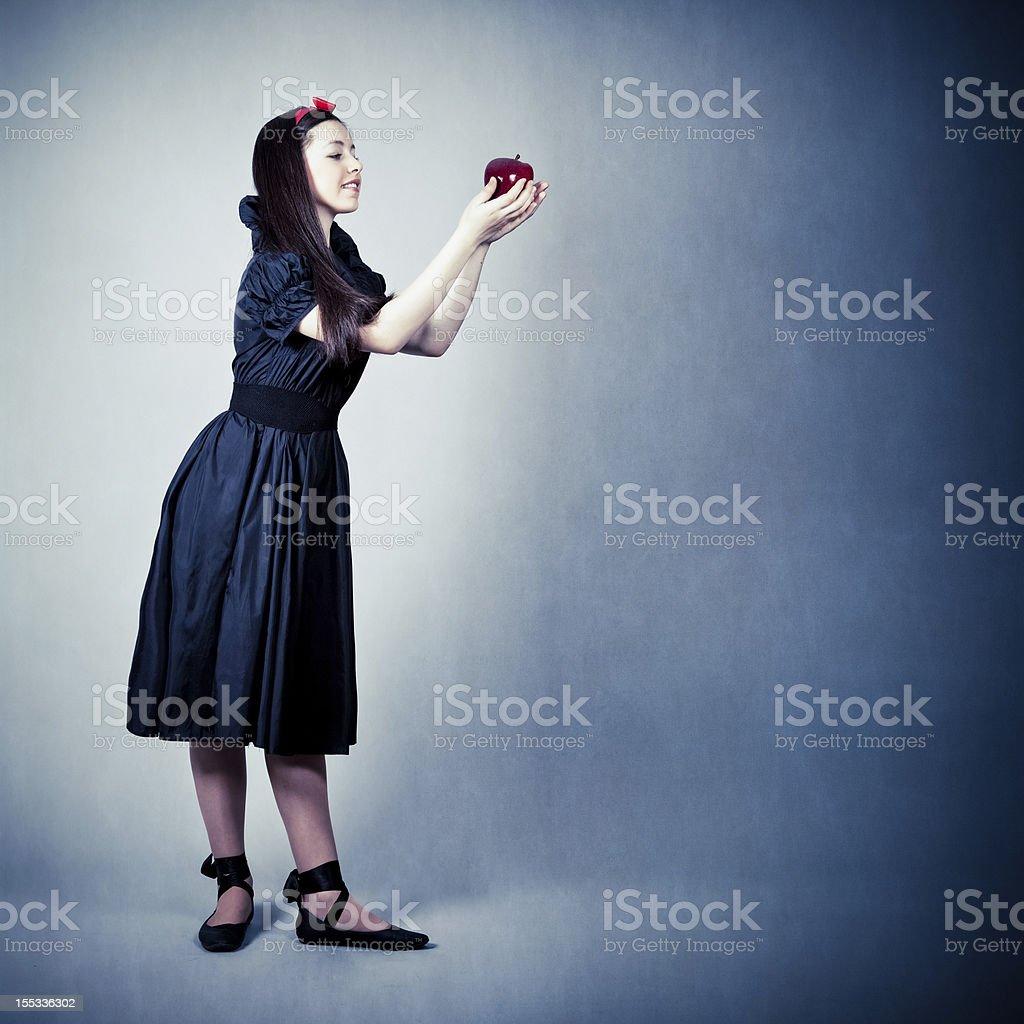 portrait d'une belle fille avec une pomme - Photo