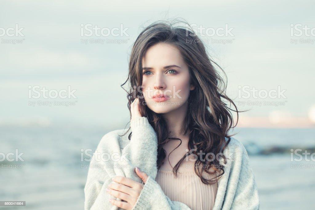 Porträt eines schönen Mädchens mit dem lockigen Haar an einem kalten, windigen Tag im freien – Foto