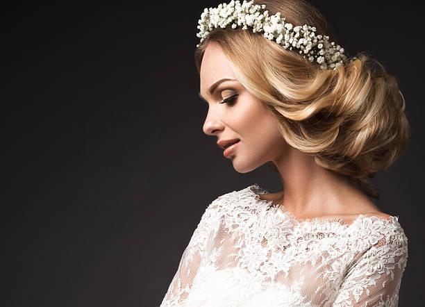 porträt eines schönen mädchens mit blumen auf ihr haar - hochzeitsfrisur boho stock-fotos und bilder