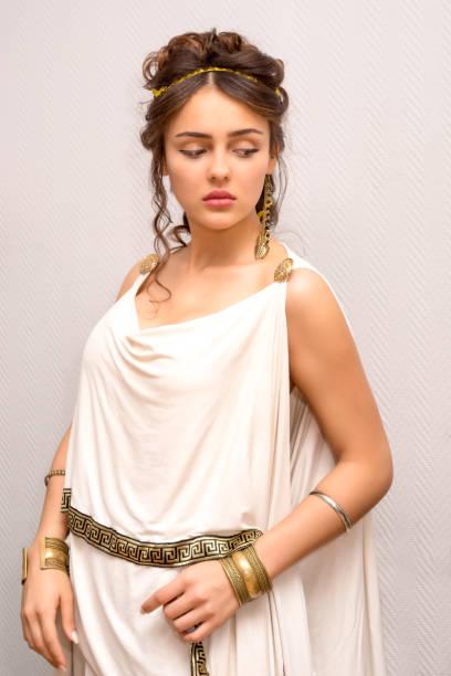 porträt einer schönen anmutigen griechischen jungen frau im antiken weißen toga - toga kostüm stock-fotos und bilder
