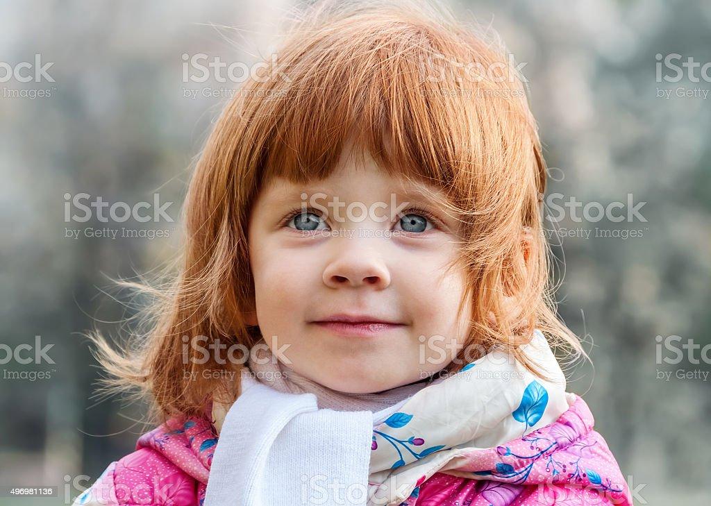 Porträt von einem schönen kleinen Mädchen im park – Foto