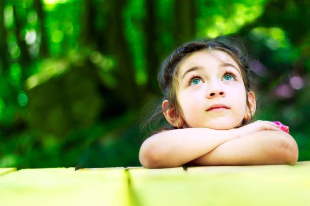 porträtt av en vacker liten flicka - investigating eye bildbanksfoton och bilder