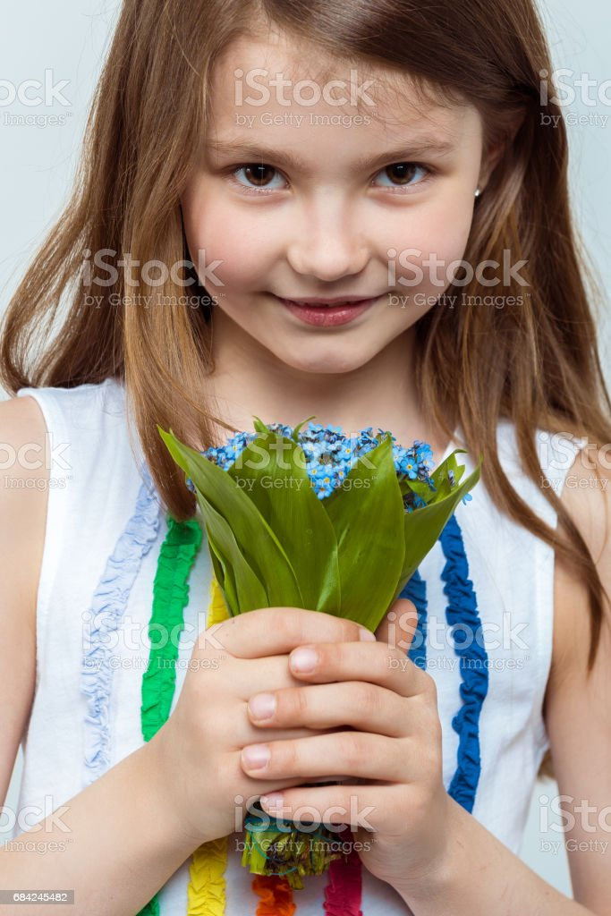 Portrait of a beautiful little girl with a bouquet of flowers Lizenzfreies stock-foto