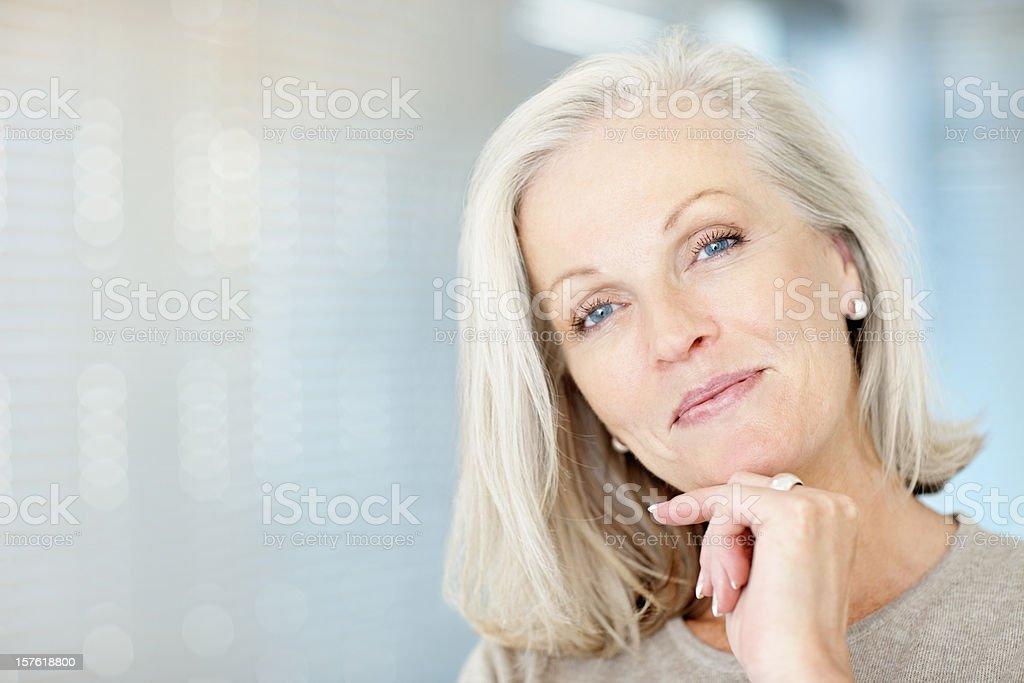 Portrait d'une belle femme d'âge mûr à la main au menton - Photo