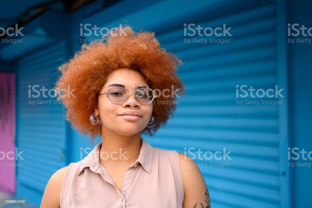 ウィンウッドマイアミの自然な髪を持つ美しい混血女性の肖像画 - 1人のロイヤリティフリーストックフォト