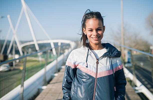 retrato de un hermoso corredor mujer - mujeres dominicanas fotografías e imágenes de stock