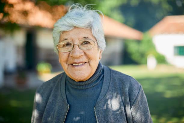 verticale d'une belle femme de soixante ans. - une seule femme senior photos et images de collection