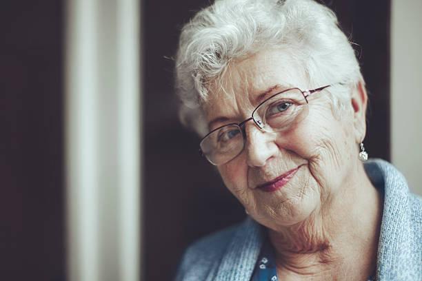 retrato de una hermosa mujer senior sonriente - mujeres mayores fotografías e imágenes de stock