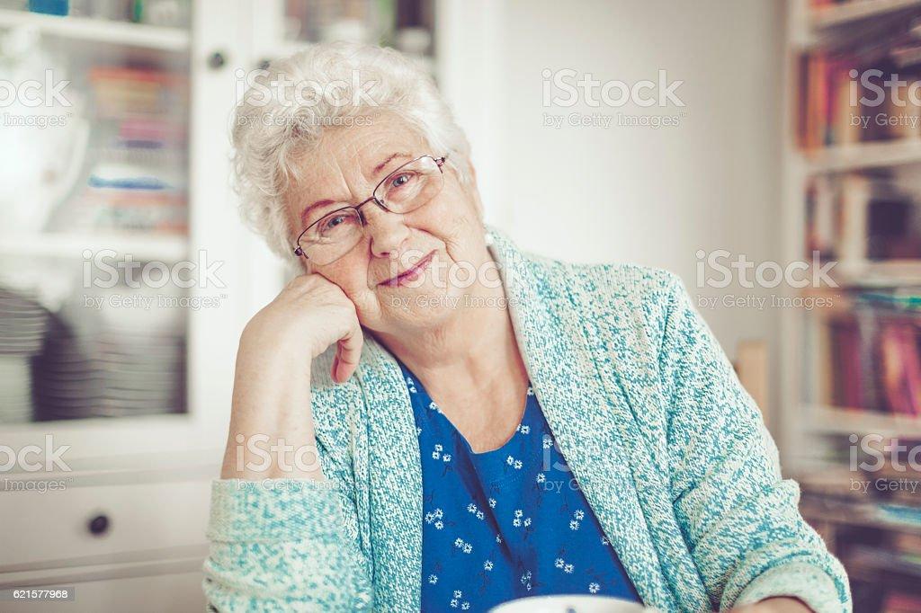 Portrait d'une belle femme âgée souriante photo libre de droits