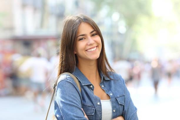 portrait d'un bel teen avec sourire parfait - jeunes femmes photos et images de collection