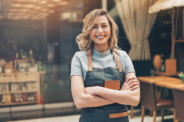 portrait d'un propriétaire de petite entreprise de belle femme - petite entreprise photos et images de collection