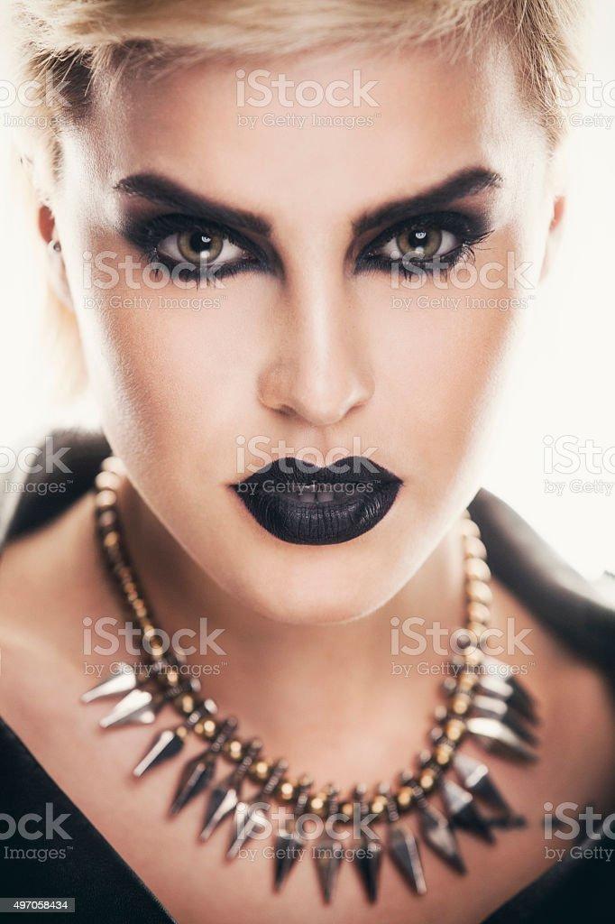 Porträt einer schönen Frau mit einem starken dunklem Make-up. – Foto