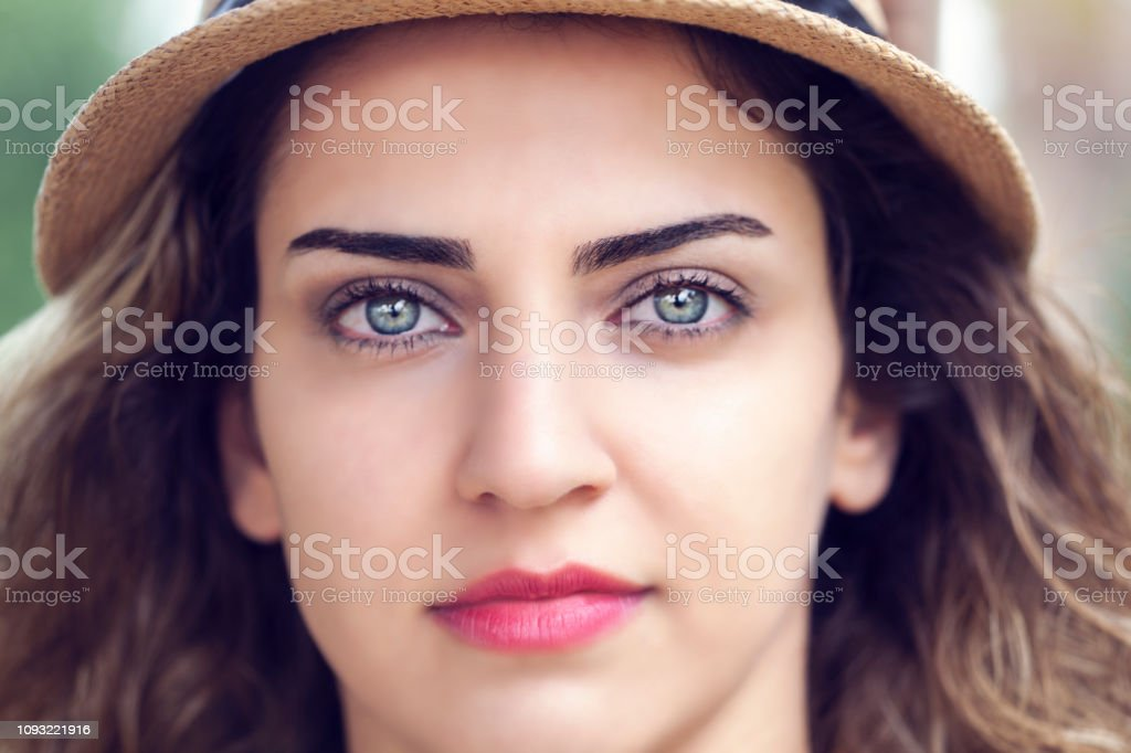 Yeşil gözlü güzel bir kadın portresi stok fotoğrafı