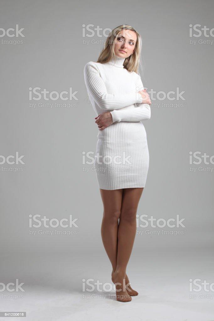 f2cd8cb00 Retrato de un adulto joven bella delgada sexy y atractiva sensualidad  bonita mujer rubia en vestido