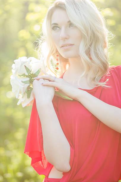 porträt eine schöne junge blonde frau - ohrringe rose stock-fotos und bilder