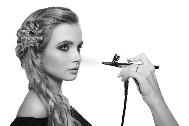 porträt eine schöne junge blonde frau - airbrush make up stock-fotos und bilder