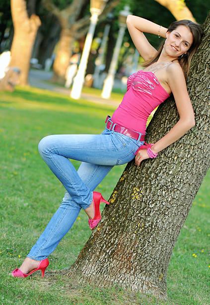 porträt von einem schönen jungen mädchen - damenschuhe k stock-fotos und bilder