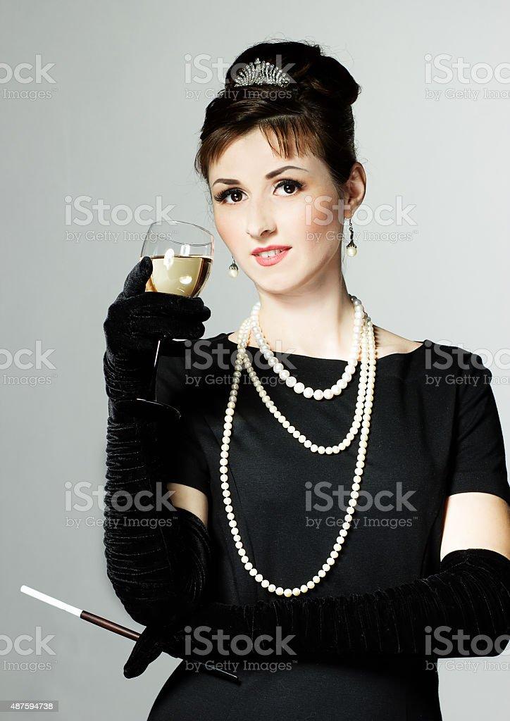 Retrato de uma bela jovem mulher em um estilo retrô - foto de acervo