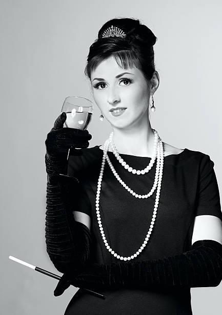 Retrato de una bella mujer joven en estilo retro - foto de stock