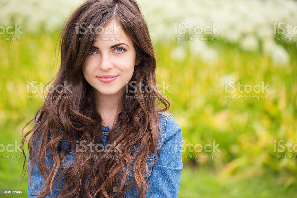 Porträt einer schönen jungen Frau im Freien – Foto
