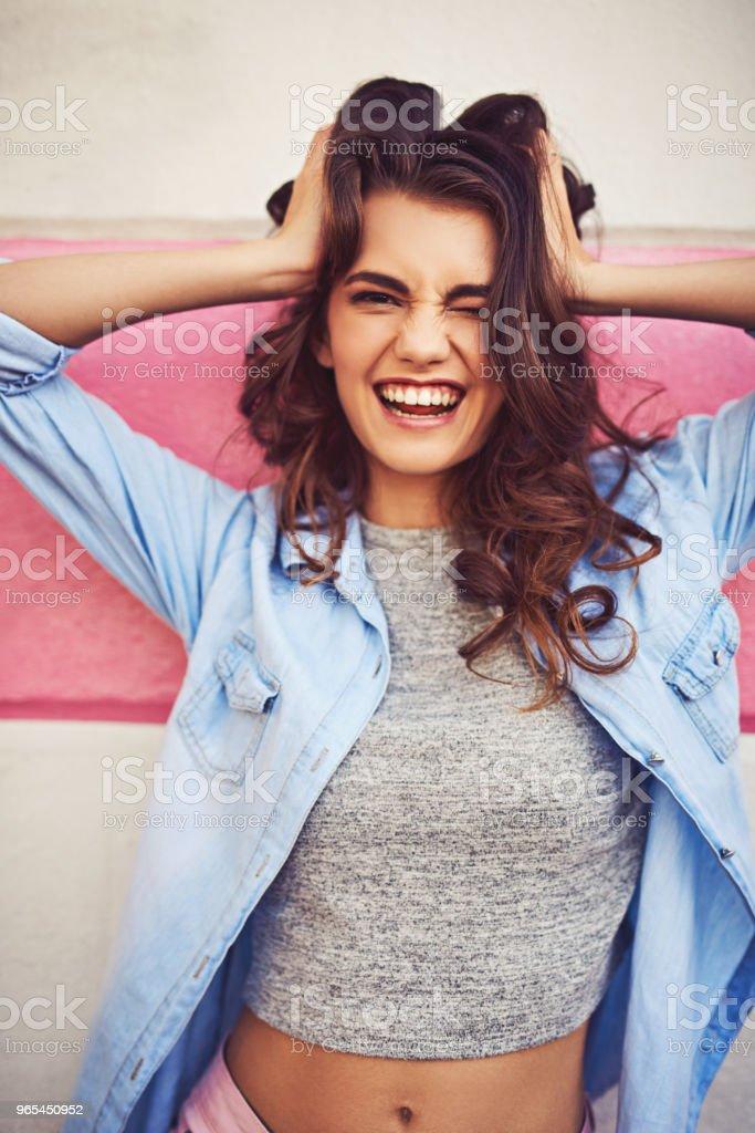 她只是喜歡自己瘋狂 - 免版稅20多歲圖庫照片