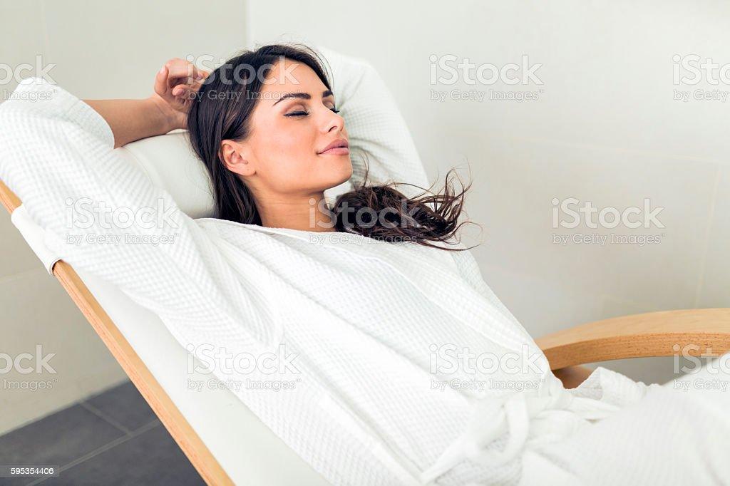 Portrait d'une belle jeune femme se détendre dans un peignoir photo libre de droits