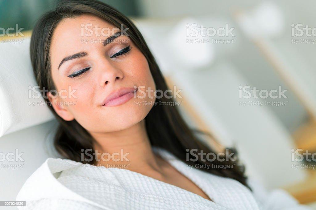 Retrato de una bella mujer joven relajante en una bata de baño - foto de stock