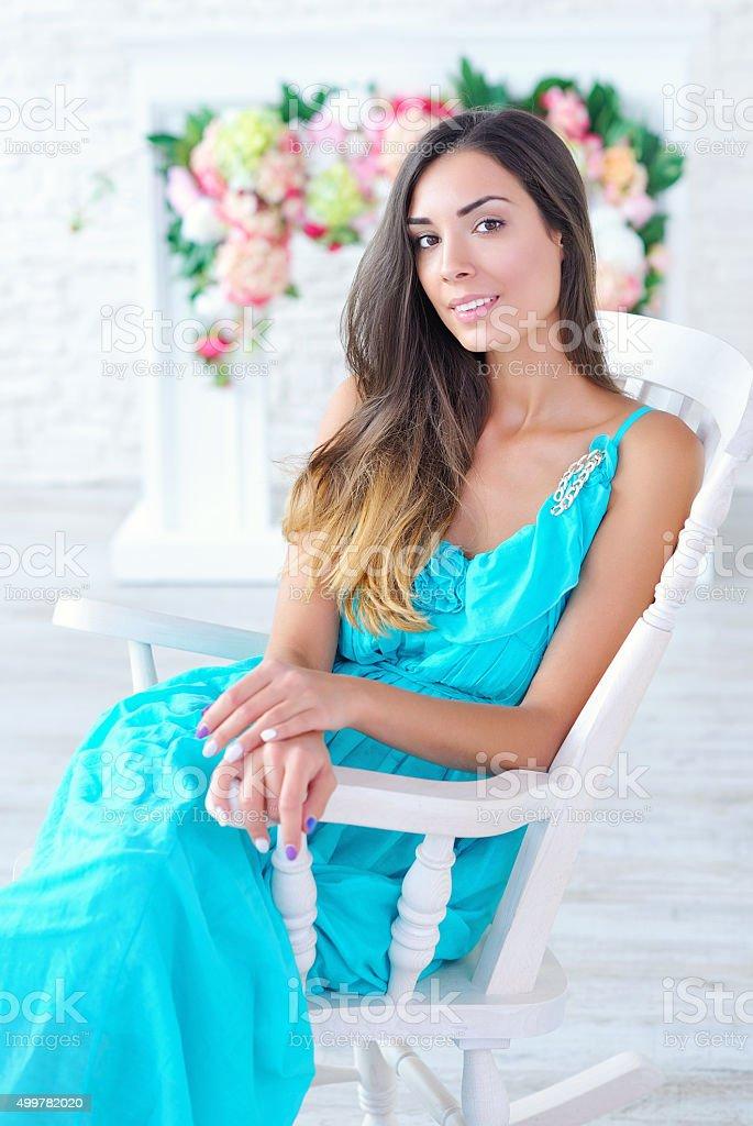 Retrato de uma bela jovem mulher com fundo floral - foto de acervo