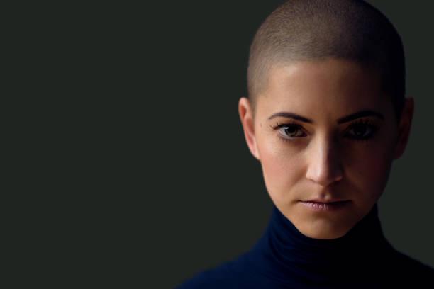 Porträt einer schönen jungen Frau mit kurzer Frisur. Wunderschönes Frauenporträt auf dunklem Hintergrund mit Kopierraum. – Foto