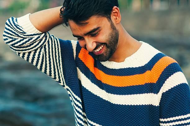 porträt des ein schöner lächelnd mann, blick nach unten - gutaussehende männer stock-fotos und bilder