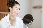 美しさの肖像新鮮な健康な顔の肌で鏡を見て、美しい若い女性のブルネットの化粧品、とても新鮮で幸せな感じ、美しさと化粧品のコンセプト