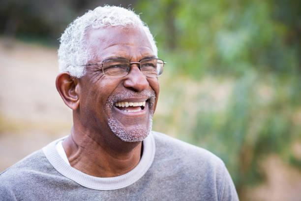 porträt von einem afroamerikaner - senior mann porträts stock-fotos und bilder