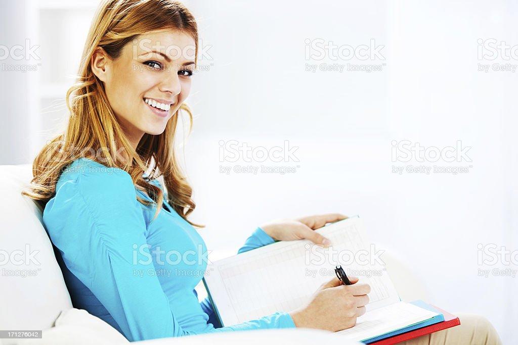 Retrato de uma mulher loira escrevendo diário. - foto de acervo