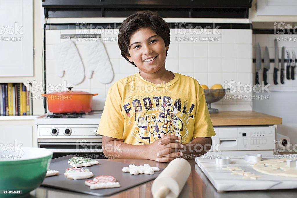 ポートレートの少年のキッチン ロイヤリティフリーストックフォト