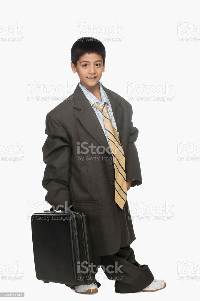 df4668dc1a59 Ritratto di un ragazzo che indossa abito oversize e con cartella foto stock  royalty-free