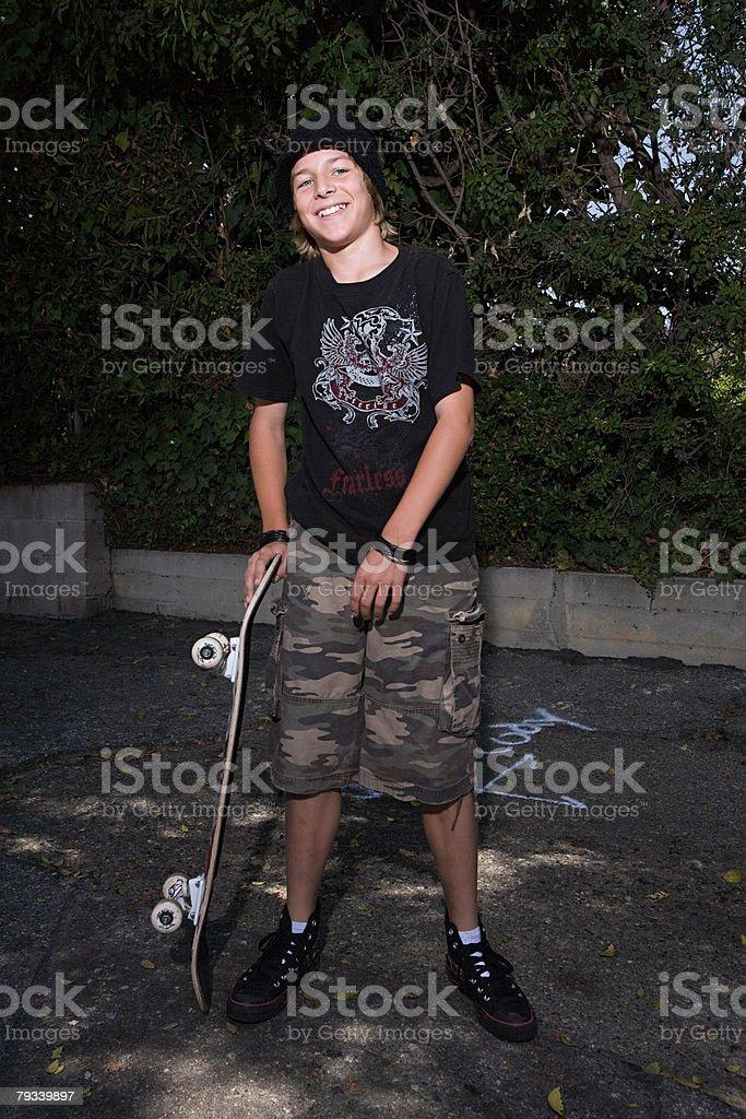 Porträt von eine junge mit seinem skateboard Lizenzfreies stock-foto