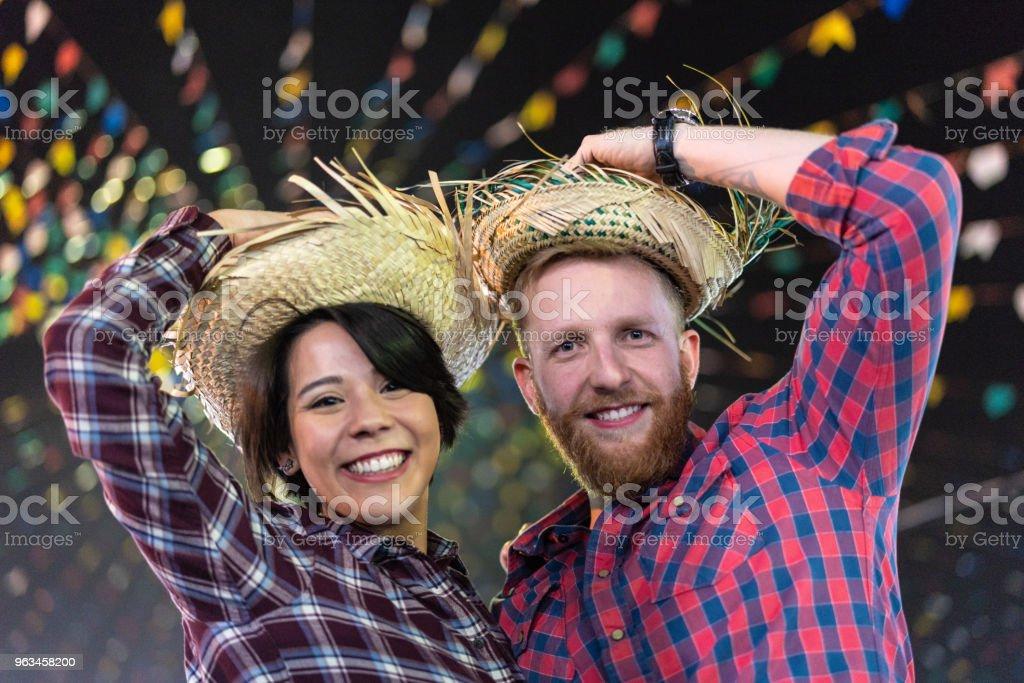 Retrato de um casal brasileiro na Festa Junina à noite (Festa Junina) - foto de acervo