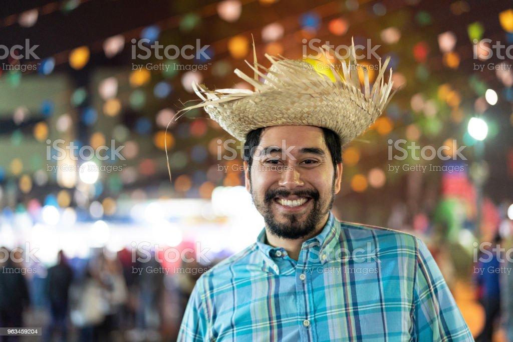 Retrato de um homem brasileiro na Festa Junina à noite (Festa Junina) - estilo Caipira - foto de acervo