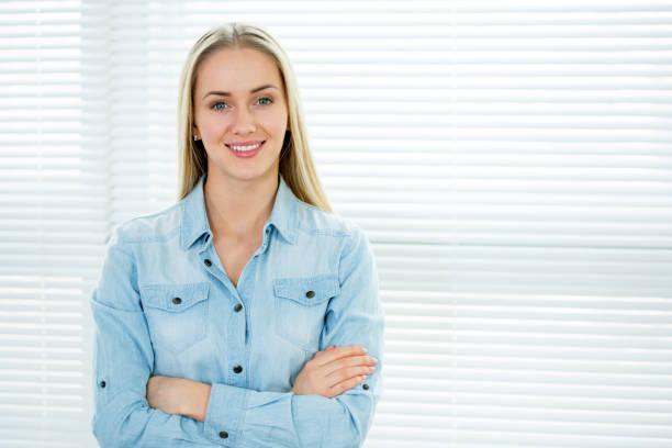 portrait d'une femme d'affaires. - cosmetique store photos et images de collection