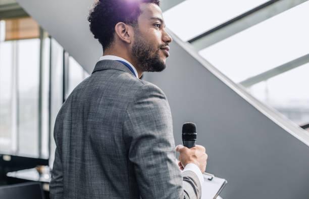 porträtt av en affärsman som håller mikrofonen - speaker bildbanksfoton och bilder