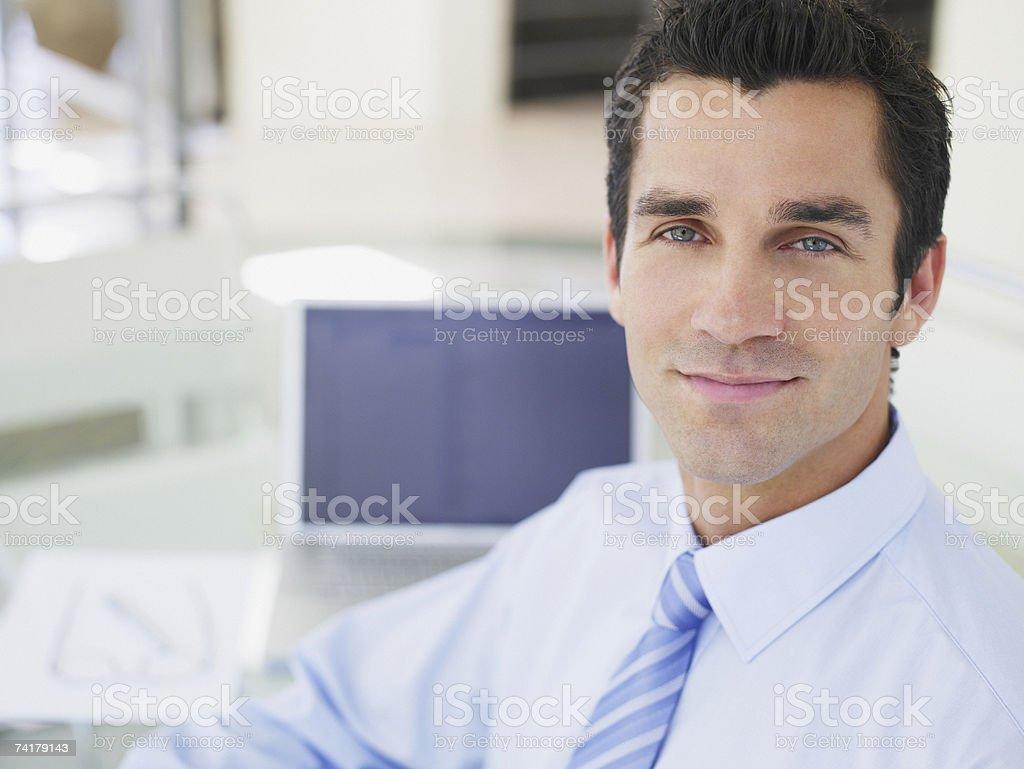 Retrato de um Empresário sentado à mesa foto de stock royalty-free