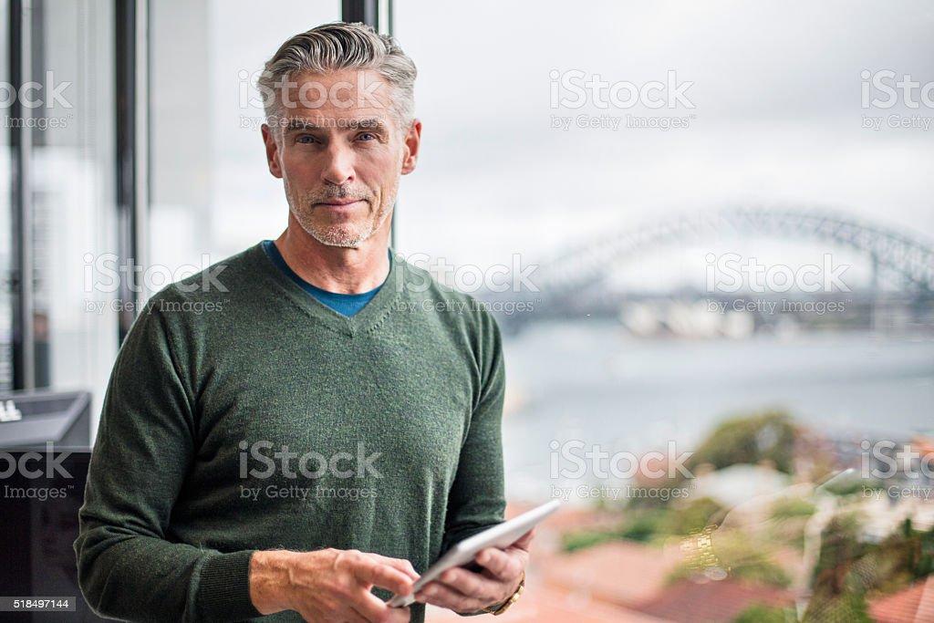 Porträt eines Geschäftsmann mit Tablet PC im Büro - Lizenzfrei 50-54 Jahre Stock-Foto