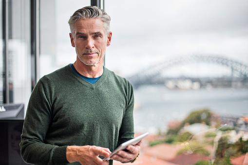 Porträt Eines Geschäftsmann Mit Tablet Pc Im Büro Stockfoto und mehr Bilder von 50-54 Jahre