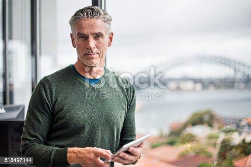 Porträt Eines Geschäftsmann Mit Tablet Pc Im Büro Stock-Fotografie und mehr Bilder von 50-54 Jahre
