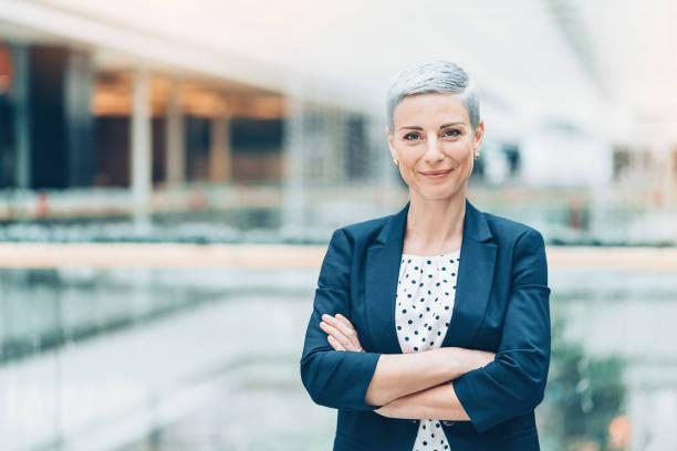portrait d'une femme d'affaires - directrice photos et images de collection